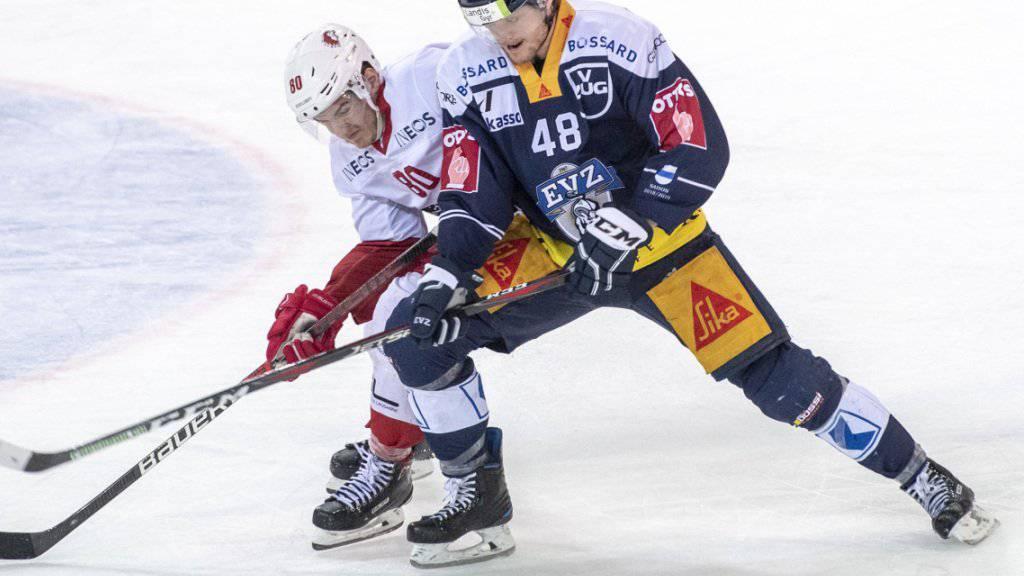 Carl Klingberg (rechts) gewinnt den Zweikampf gegen den Lausanner Robin Leone