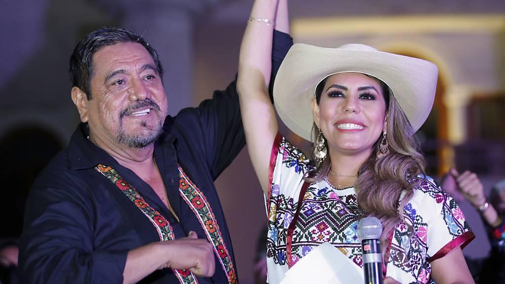 Evelyn Salgado, die für die regierende Morena-Partei als Gouverneurin des Bundesstaates Guerrero kandidiert, und ihr Vater Felix Salgado begrüssen Anhänger während einer Kundgebung zur Feier ihrer Wahl auf dem Zocalo-Platz. Salgado kandidiert anstelle ihres Vaters, Felix Salgado Macedonio, nachdem das Wahlgericht die Streichung seines Namens von den Stimmzetteln angeordnet hatte, weil er gegen die Vorschriften für Wahlkampfausgaben verstossen hatte.