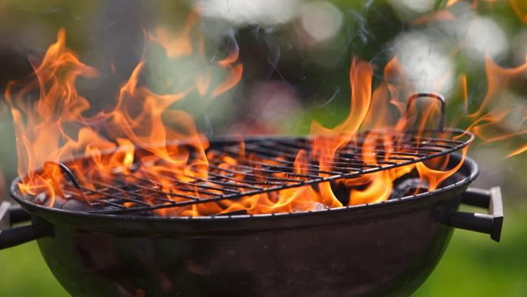 Fahrlässiger Umgang mit Holzkohlen-, Gas- und Elektrogrills führt in der Grillsaison Immer wieder zu Unfällen.