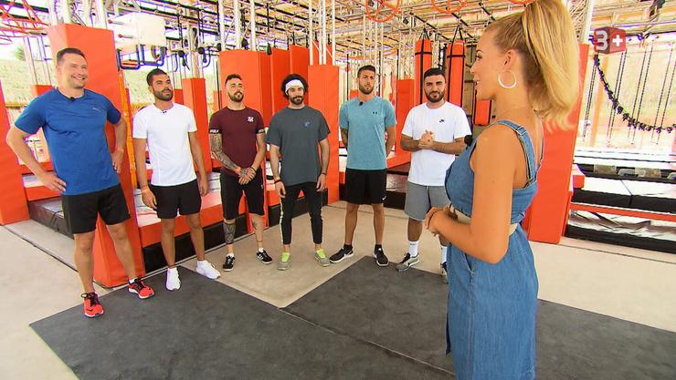 Sechs Kandidaten dürfen ihre Fitness im Ninja-Parcours beweisen.