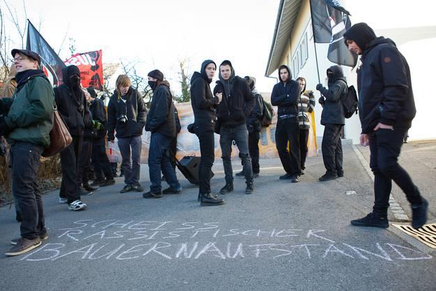Mit Kreide werden Parolen auf die Strasse gemalt.