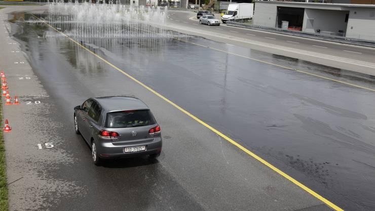 Vollbremsung auf dem Trockenen: Das Auto kommt erst nach rund 15 Metern zum Stillstand