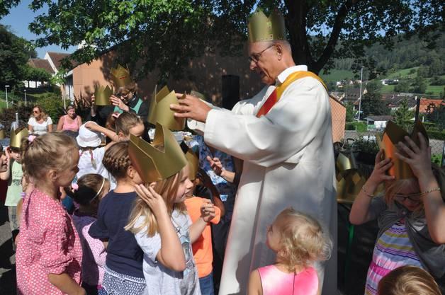 Diakon Andreas Wieland und Pfarrerin Katharina Thieme am aufsetzen der Kronen