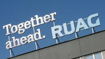 """""""Together ahead"""" (Zusammen Vorwärts, Ruag-Logo): Vorwärts macht die Ruag auch im Nahen Osten mit einer Tochter in den Vereinigten Arabischen Emiraten. Scharfe Kritik kommt von der GSoA, die das Engagement des Staatsbetriebs in der Krisenregion für unvereinbar mit der Neutralität hält. (Archiv)"""