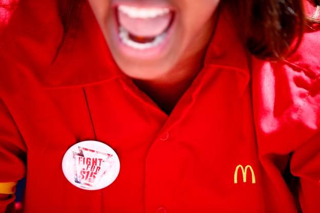 Die Mitarbeiter fordern, den Stundenlohn auf 15 Dollar pro Stunde zu erhöhen.