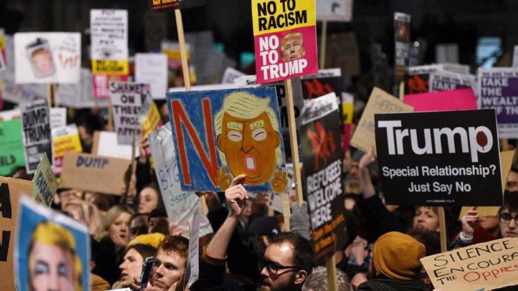 Tausende Demonstranten protestieren vor dem britischen Regierungssitz in der Londoner Downing Street gegen das umstrittene US-Einreiseverbot.