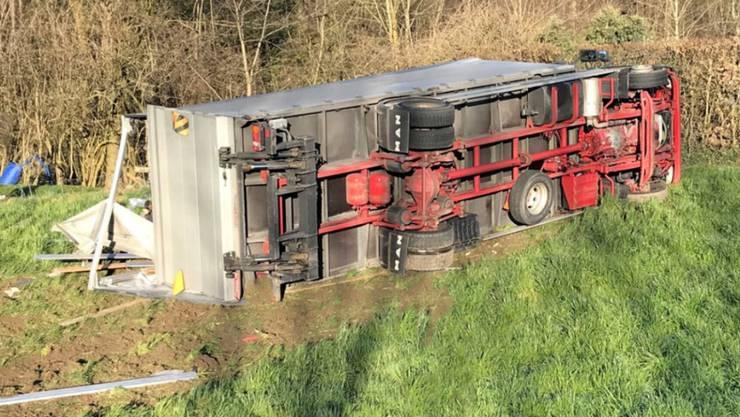 Ein Lastwagen ist in Dierikon von der Strasse abgekommen und gekippt. Der Chauffeur überlebte den Unfall nicht.