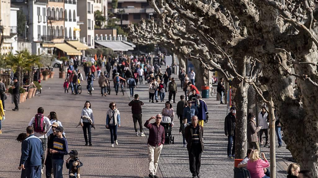 Die Tourismusanbieter sehen positive Vorzeichen für den Schweizer Tourimus im Sommer. Im Bild die von Touristen bevölkerte Seepromenade in Ascona (TI). (Archivbild)