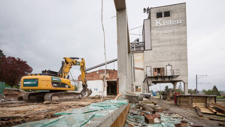Der Abbruch der Hallwiler Kistenfabrik dauert bis Ende Monat.