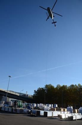 2. Anschliessend fliegt sie ein Helikopter an ihren Bestimmungsortauf dem grössten freistehenden Gebäude der Schweiz