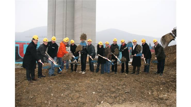 Der Spatenstich ist erfolgt. Nun wird bis im November eine 100 Meter lange Lagerhalle gebaut. Mbü