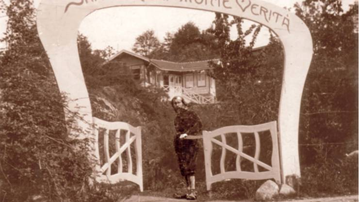 Vater Alexander Wilhelm de Beauclair am Tor des Monte Verità.