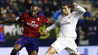 Cristiano Ronaldo (r.) trickst sich gegen Osasunas Loe durch.