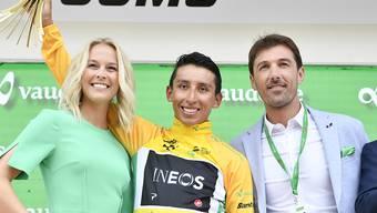 Egan Bernal steigt als Leader in die letzte Etappe. Im Bild an der Siegerehrung vom Samstag wird er von der ehemaligen Miss Schweiz Linda Fäh und dem ehemaligen Radstar Fabian Cancellara umrahmt