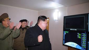 Der nordkoreanische Machthaber Kim Jong Un lässt sich gerne bei der Beobachtung von Raketentests fotografieren. Nordkorea hat kurz vor Gesprächen mit den USA erneut Kurzstreckenraketen getestet. (Foto: KCNA via EPA/KEYSTONE)