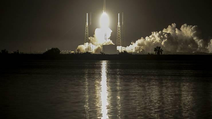 Die Falcon 9 hebt in Cape Canaveral ab. Sie hat einen spanischen Satelliten an Bord.