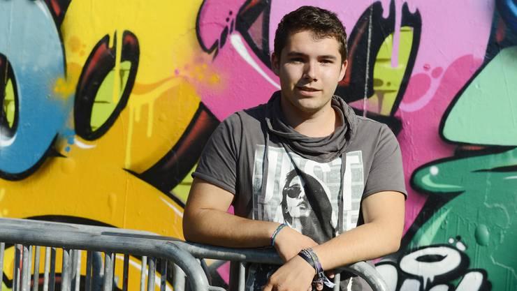 Yannick Annaheim posiert vor der Kulturfabrik Kofmehl, in der er die ersten DJ-Schritte gemacht hat.