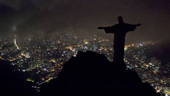 Die Christus-Statue in Rio: Während der «Earth Hour» wird die Beleuchtung genau wie bei vielen anderen Gebäuden freiwillig abgestellt. Wie weit ist die Schweiz von einer Zwangsabschaltung einzelner Bauwerke entfernt?