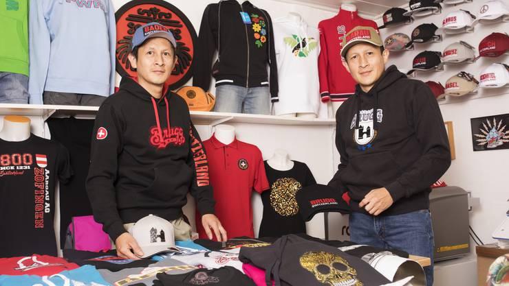 Javier (links) und Fernando Caxaj tragen ihre selbst hergestellten Souvenirs mit Bezug zu Aarau, Brugg oder Baden.