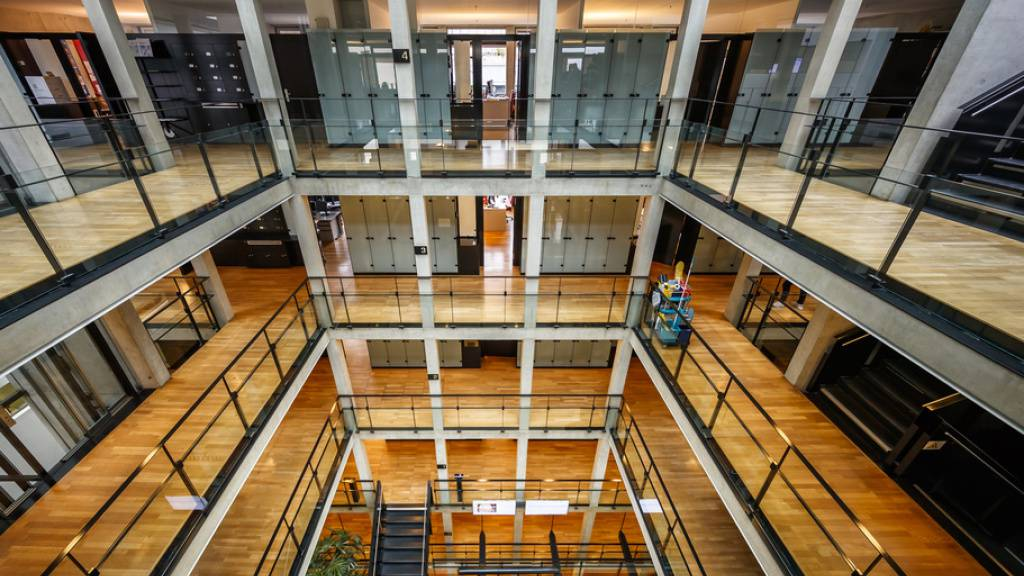 Blick ins Bundesamts für Statistik (BSF) in Neuenburg. 2020 waren die Büros weitgehend verwaist, denn auch das BSF ist grösstenteils aufs Homeoffice umgestiegen, wie es im Jahresbericht schreibt. Es sei nicht die einzige ungeplante Herausforderung gewesen, heisst es weiter. (Archivbild)