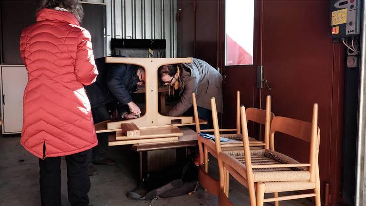 Dominic Kim (rechts), freiwilliger Helfer, nimmt die Möbel entgegen und hilft beim Ausladen und Montieren.