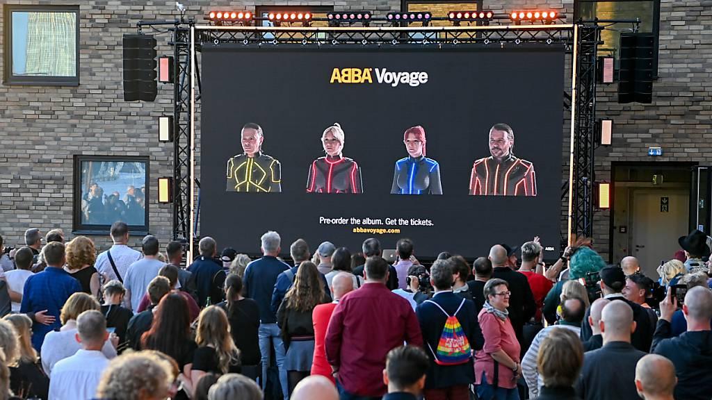 ARCHIV - Beim Abba-Event «Abba Voyage» im Hotel «nhow Berlin» wird vor Fans ein neues Album und eine Hologramm-Show der Band Abba angekündigt. Obwohl die Konzertarena noch im Bau ist, hat am Dienstag bereits der Ticketverkauf für die neue Abba-Show Voyage in London begonnen. Foto: Jens Kalaene/dpa-Zentralbild/dpa