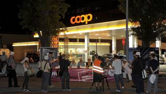 Eine ungewöhnliche PR-Aktion: eine nächtliche Pressekonferenz zum Thema «Nein zum 24h-Arbeitstag».