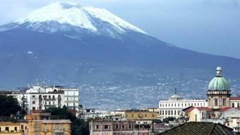 Blick auf die Stadt Neapel mit dem Vesuv im Hintergrund