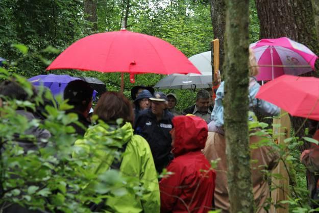 Schirme überall: Doch trotz Regen kamen fast alle der 160 angemeldeten Gäste.