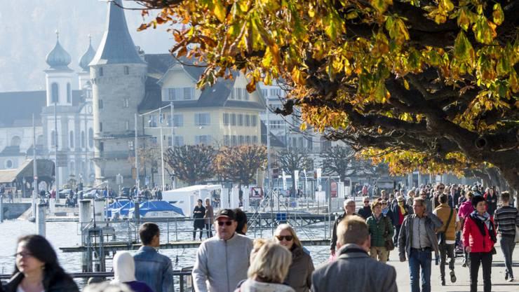 Grosse Städte, wie zum Beispiel Luzern, leiden unter Zentrumslasten. So ziehen sie etwa mehr Besucherinnen und Besucher von auswärts an und zählen auch überdurchschnittlich viele Lasten von Arbeitslosen und Auszubildenden. (Archivbild)