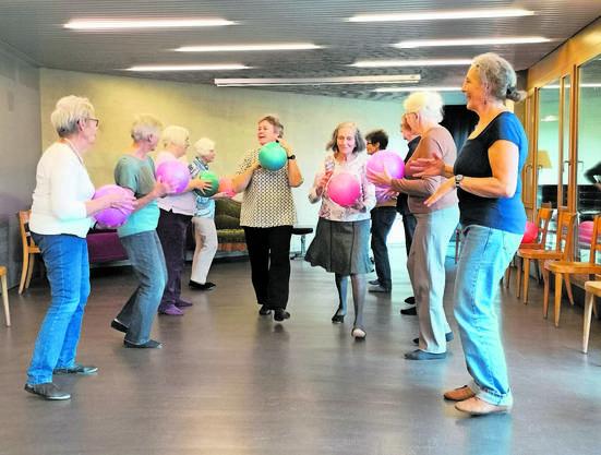 Die Seniorinnen führen die Bewegungsübungen im Forum Odeon mit viel Freude aus.