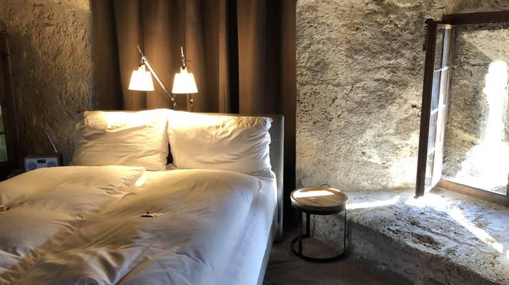 Innen sieht es jetzt fast aus wie in einem herkömmlichen Hotelzimmer: Das bequeme Bett des Pop-up Hotelzimmers im zweiten Obergeschoss des Krummturm.