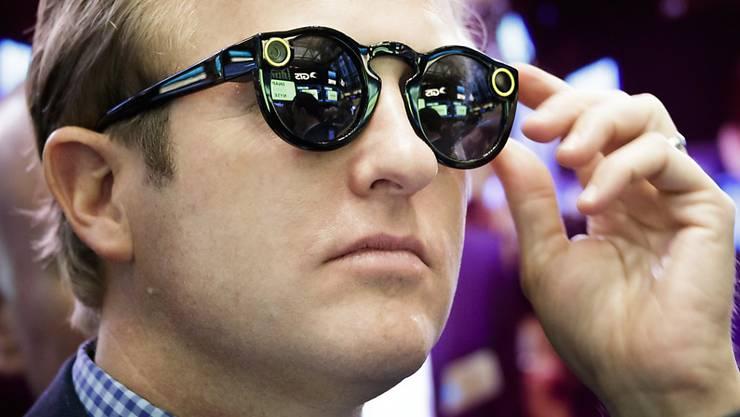 """Die Snapchat-Brille """"Spectacles"""" nimmt auf Kopfdruck zehn Sekunden lange Videos auf, die direkt ans Smartphone übermittelt werden. Die Brillen sind nun auch in der Schweiz erhältlich. (Archivbild)"""