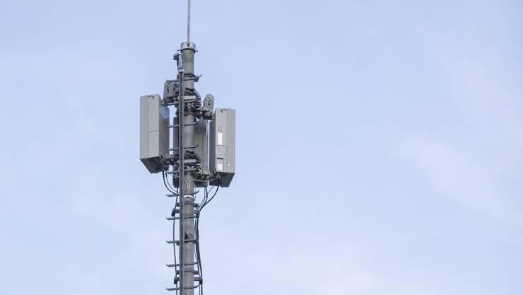 Sunrise hat diese 5G-Antenne an der Stadtturmstrasse in Baden installiert – der Eigentümer der Liegenschaft und die Stadt wussten von nichts. Die neue Mobilfunktechnologie löst Unsicherheiten und Ängste aus, obwohl es derzeit in der Schweiz noch gar keine 5G-Handys gibt.