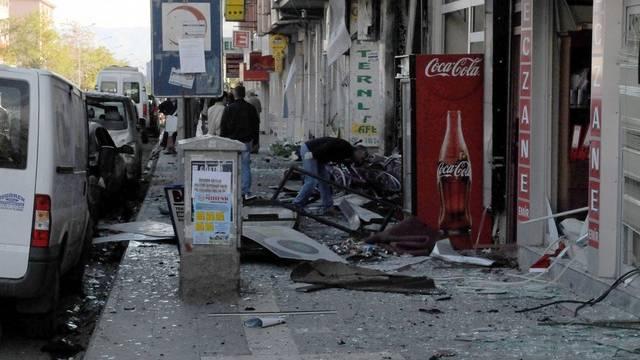 Zerstörte Geschäfte nach Anschlag in Bingöl
