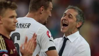 Marcel Koller feiert den Sieg seines Teams gegen Russland.