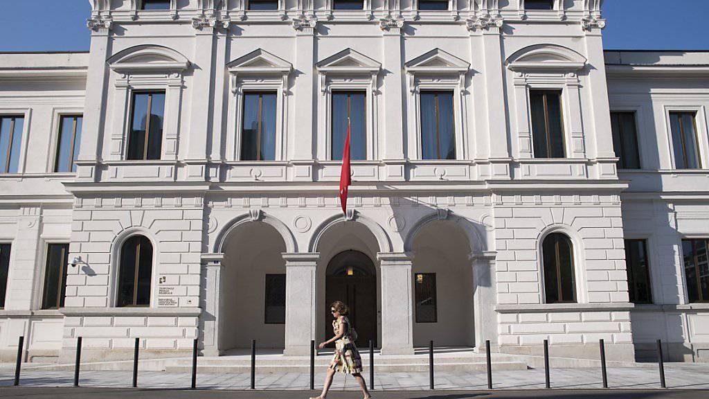 Das Bundesstrafgericht in Bellinzona hat einen früheren UBS-Mitarbeitenden wegen wirtschaftlichen Nachrichtendienstes in Abwesenheit zu einer Freiheitsstrafe von 40 Monaten verurteilt. Er hatte Bankkundendaten an Deutschland verkauft. (Archivbild)