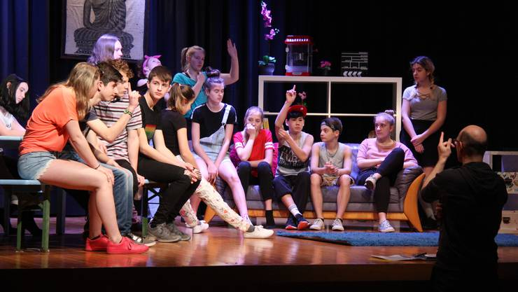 Theaterleiter Manfred Stenz bespricht mit den Oberstufenschülerinnen und -schülern die geprobte Szene