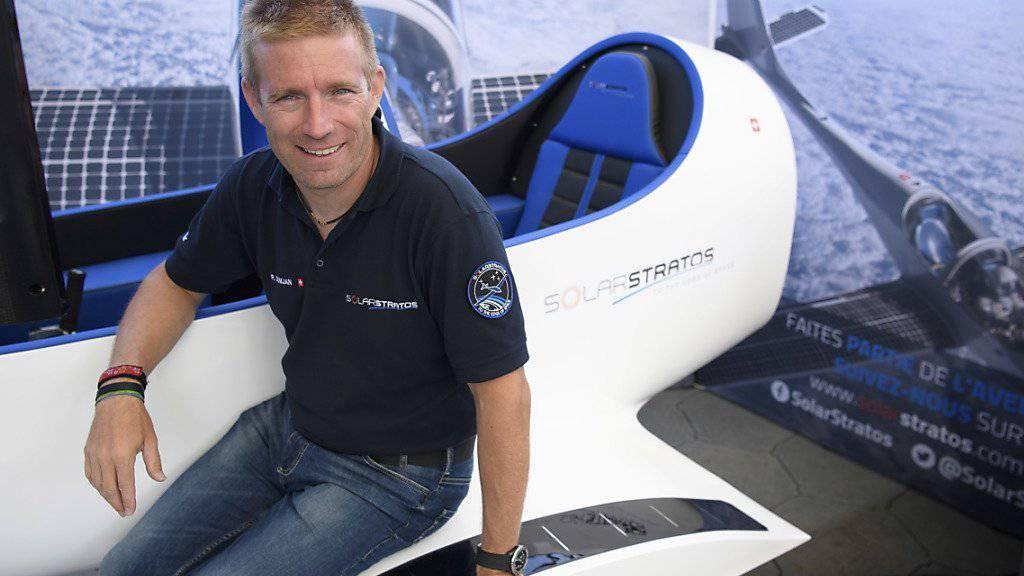 Der Solarpilot und sein Simulator: Raphaël Domjan bei der Präsentation.