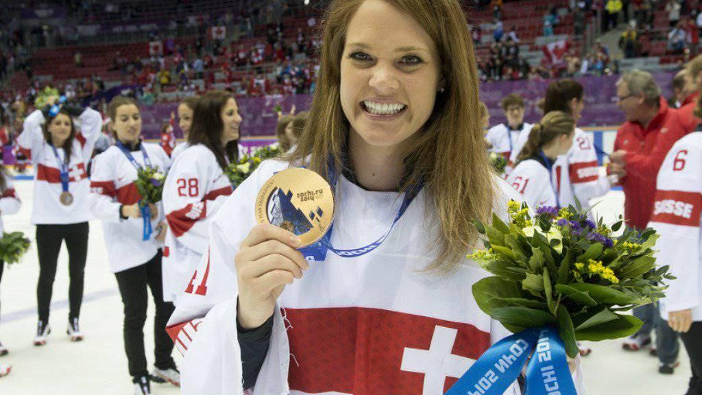 Eishockey-Goalie Florence Schelling 2014 mit ihrer Olympia-Medaille. An ihrem derzeitigen Wirkungsort Linköping will sie damit aber nicht bluffen - für die Schwedinnen ist die eigene Niederlage von damals zu schmerzhaft (Archiv).