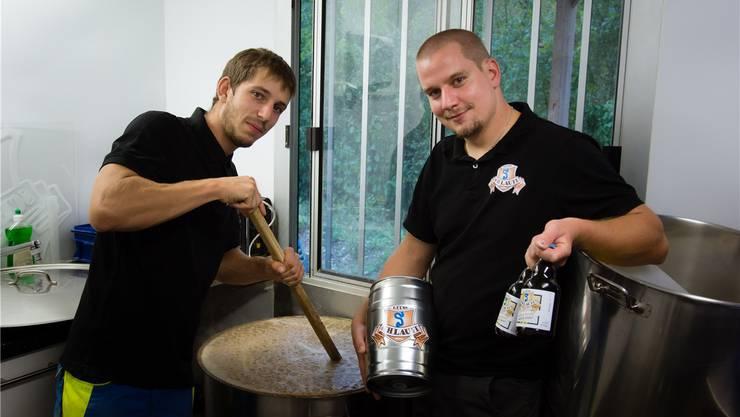 Jeremia Leuzinger (links) und Raphael Jutzeler von der Brauerei Reuss-Schlaufeorganisieren den ersten Bremgarter Biertag. Archiv/kob
