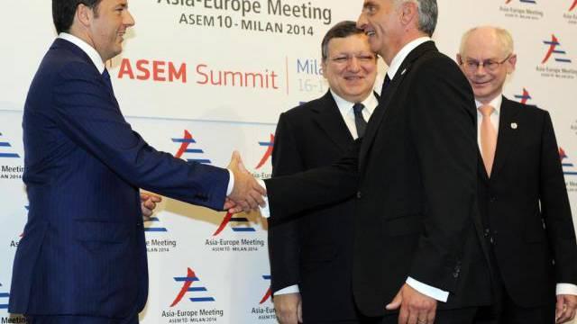 Italiens Premier Matteo Renzi (l.) begrüsst Didier Burkhalter