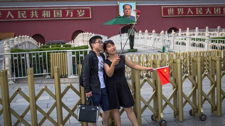 Zwei Chinesen fotografieren sich auf dem Tian'anmen-Platz in Peking.