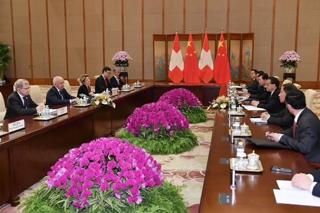 """Im Zusammenhang mit dem chinesischen Grossprojekt """"Neue Seidenstrasse"""" unterzeichneten die beiden Länder im Beisein der Staatschefs eine """"auf Finanz und Wirtschaft fokussierte"""" Absichtserklärung."""