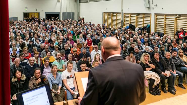 Gemeindeversammlung in Spreitenbach: Die vielen Besucher freute Spreitenbachs Gemeindepräsident Valentin Schmid zwar, nicht aber, dass er sie auffordern musste, wieder zu gehen.