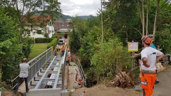 Das Einbauen der Brücke ist Millimeterarbeit.
