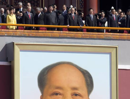 Hoher Besuch an der Parade (von links): der Südkoreanische Präsident Park Geun-hye, der Präsident von Russland Vladimir Putin, der chinesische President Xi Jinping, seine Vorgänger Jian Zemin und Hu Jintao, der chinesische Ministerpräsident Li Keqiang.