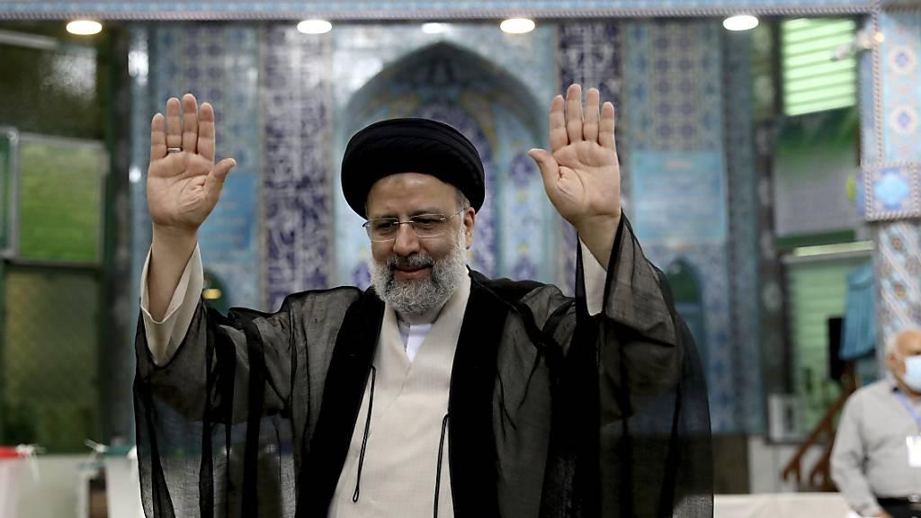 Ebrahim Raeissi am Freitag nach der Stimmabgabe in einem Wahllokal in Teheran. Foto: Ebrahim Noroozi/AP/dpa