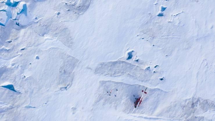 Schmelzwasser kann auf dem grönländischen Eisschild schlechter versickern, weil sich durch extreme Schmelzereignisse massive Eisplatten bilden. (Symbolbild)