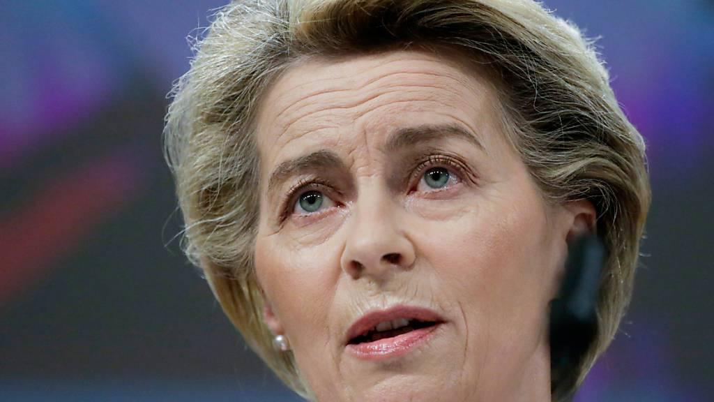 Ursula von der Leyen, Präsidentin der Europäischen Kommission, spricht während einer Pressekonferenz im EU-Hauptquartier. Von der Leyen will noch in diesem Monat einen Gesetzentwurf für einen «digitalen grünen Pass» für Corona-Geimpfte vorlegen. Foto: Aris Oikonomou/Pool AFP/AP/dpa